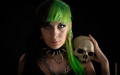 Peloco: Mit symmetischen und asymmetrischen Haarschnitten lassen sich tolle Farbkombinationen ins Haar färben. Wie im Julia's Fall halb schwarz halb giftgrün. (Copyright by: Foto Frank)