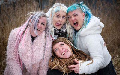 Peloco: Das Wichtigste im Leben ist Lachen! Und wenn man nicht nur den Spaß am Leben sondern auch die haarige Leidenschaft namens Dreadlocks teilen kann, hat man sowieso gewonnen. Egal, ob natürlich oder gefärbt, ein bunter, wilder Mix aus Eigenhaar-Dreads. (Copyright by: Che.Graphy)