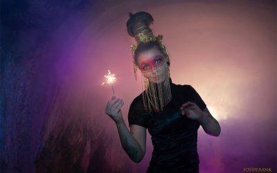 Peloco: Unsere Tattoo & Makeup Artistin Cindy ist ein Naturtalent und Perfektionistin vor und hinter der Kamera! Ein großes Dankeschön für ihr Mitwirken und Einbringen ihrer fantastischen Ideen bei unserem Gaisha-Shooting! Sie findet nicht nur für sich sondern auch für unsere Models immer das perfekt passende Makeup 🙏😘 Wir machen wie gewohnt die Haare passend dazu und haben ihre Eigenhaar-Dreadlocks zu einem hohen Dutt zusammengeflochten. (Copyright by: Foto Frank)