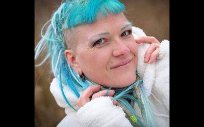 Peloco: Um mein Geschäft ordentlich zu repräsentieren, gab's eine türkis-blaue Farbe für meine Echthaardreads und meine frisch geschnittenen Stirnfransen. Foxtail-Extensions sorgen für das notwendige Volumen und die farbigen Highlights. (Copyright by: Che.Graphy)