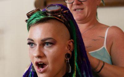 peloco-cyberpunks_Bei-der-Hairstylistin