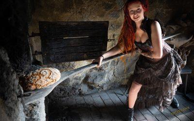 Franky's Peloco Fairytales: Liebevoll holte Goldmarie auch das frisch duftende Brot aus dem heißen Ofen (Copyright by: FotoFrank)