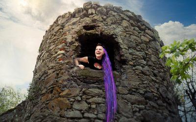 Franky's Peloco Fairytales: In diesem alten Steinturm oberhalb einer Burgruine in der Wachau wurde angeblich König Richard Löwenherz gefangen gehalten. Vielleicht nur eine Legende?! Sicher wohnt dort aber seit einigen Tagen 'Rapunzel 2020' (Copyright by: FotoFrank)