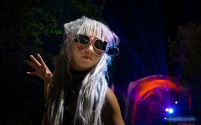 Franky's Peloco Laserlightparty: Punk Lifestyle Portrait mit flashig, weißen Kunsthaar-Dreadlocks. (Copyright by: FotoFrank)
