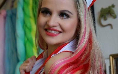 Sonja's Peloco Virus: Eine sexy kranke Peloco-Schwester mit Extensions in rot kombiniert mit rosa und pink. (Copyright by: S. Schatz)