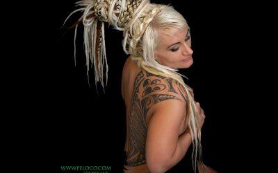 Franky's Peloco DreadLockDown: Aufgeben und unterkriegen lassen ist keine Option! Selbst wenn wir 'eingesperrt' sind, lassen wir uns unsere Kreativität nicht nehmen, schaffen einzigartige Hochsteckfrisuren mit Dreadlocks und flechten, was das Haar aushält. (Copyright by: FotoFrank)