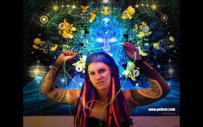 Franky's Peloco Flash: Im mentalen Netz der Phantasie stechen die Neondreadlocks zusätzlich zu Nina's Augen voll heraus. (Copyright by: FotoFrank)