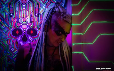 Franky's Peloco Flash: Cyberpunk Girl Nici blickt mit ihren leuchtend weißen, megalangen Dreadlocks und Braids mit wilden Augenmakeup aus der flashigen Neonecke. (Copyright by: FotoFrank)