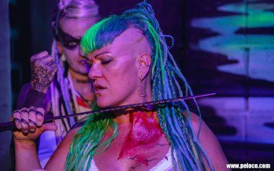 Fredy's Peloco Flash: Dreadlockqueen Angie killt jede langweilige Frisur mit ihrer bunten 'Hairdressermagic' mit geballter Unterstützung aus dem Hintergrund. (Copyright by: Manfred Voit)
