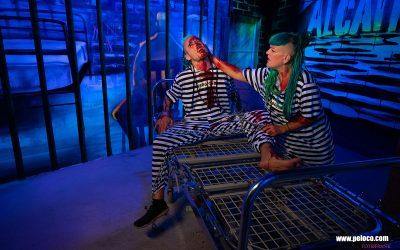 Franky's Peloco Flash: Menschen mit Dreadlocks halten zusammen. Gefangene Angie spendet Trost für den blutenden Gefangenen Max am Eisengitter-Bett. (Copyright by: FotoFrank)