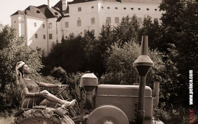 Franky's Peloco Schloss Leiben: Unsere Afroqueen des Schloss Leiben steuert gestylt und gekonnt den Traktor. (Copyright by: FotoFrank)