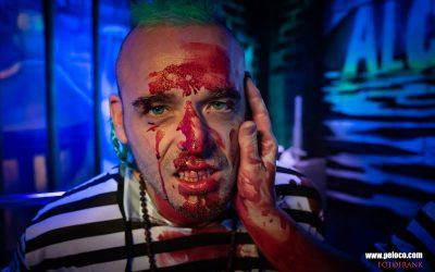 Franky's Peloco Flash: Tröstende Hände im blutverschmiertem Gesicht unseres gedreadeten Häftlings Max. (Copyright by: FotoFrank)