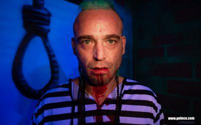 Franky's Peloco Flash: Tunnelblick unseres Gefangenen Max mit seinen gefärbten Echthaardreads mit Sidecut vor der Hinrichtung. (Copyright by: FotoFrank)