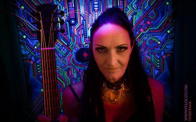 Franky's Peloco Laserlightparty: Dreadhead Christina mit ihren wundervoll langen Dreadlocks und ihre bunten Saiten. (Copyright by: FotoFrank)