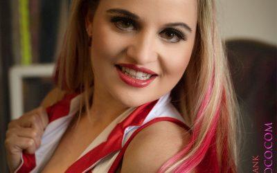 Franky's Peloco Virus: Sexy Krankenpflegerin mit wunderschönen roten und blonden Strähnen. (Copyright by: FotoFrank)