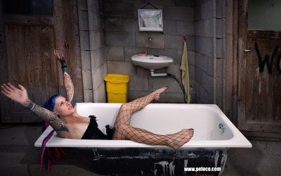 Franky's Peloco Flash: Nina präsentiert sich und ihre asymetrisch geschnittenen Stirnfransen in symetrischer Pose im verlassenen Komfortzimmer mit Badewanne. (Copyright by: FotoFrank)