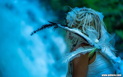 Fredy's Peloco Elfs: Die Magie des majestätischen Wasserfalls lockte fabelhaft schöne Wesen an: wie unsere zauberhafte Elfe Jenny mit ihren weiß-blonden Dreads, die die Stärke und Kraft der Natur respektiert und ausstrahlt 🧚♀️ (Copyright by: Manfred Voit)