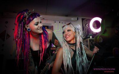 Franky's Peloco Laserlightparty: Unsere zwei Dreadheads Nina und Nina lachen sich gegenseitig frech ins Gesicht. (Copyright by: FotoFrank)