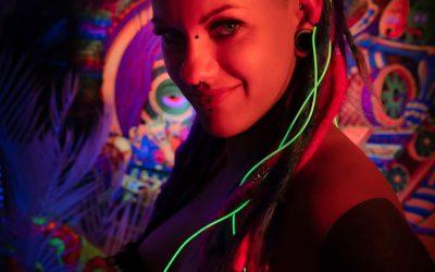 Franky's Peloco Flash: Unter dem Titel 'Flashing Smile' lächelt und strahlt unsere Nina im Neonlicht mit ihren bunten Echthaardreadlocks. (Copyright by: FotoFrank)