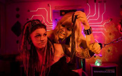 Franky's Peloco Laserlightparty: Kathi und Nina lassen die haarigen Spielchen beginnen. (Copyright by: FotoFrank)