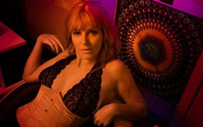 Franky's Peloco Laserlightparty: Kathi chillt sexy mit ihren blonden, kurzen Locken im Sphere-Chair. (Copyright by: FotoFrank)