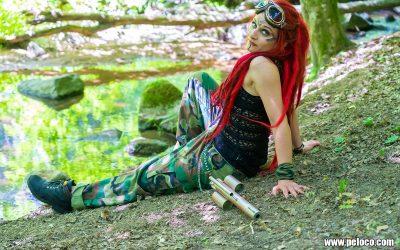 Fredy's Peloco Survivors: Die scharfen Waffen einer Frau mit knallroten Dreadlocks (Copyright by: Manfred Voit)