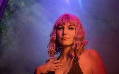 Franky's Peloco Laserlightparty: Kathi präsentiert ihre lockig, frisch geschnittenen Haare mit frechem Bob im Laserlicht, was sie zusätzlich zum leuchten bringt. (Copyright by: FotoFrank)