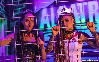 Fredy's Peloco Flash: der verführerische Blick der beiden Dreadlockbeauties Christina und Carmen fing Jeden am Set ein. (Copyright by: Manfred Voit)