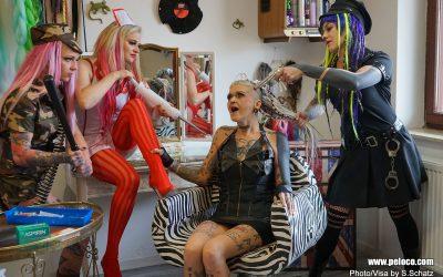 Sonja's Peloco Virus: Macht impfen frei? Wenn ja, um welchen Preis? Will ich 'normal' sein? Wir bleiben auf jeden Fall PELOCO - bunt, laut und frech. Dreadlocks - Extensions - Haircuts and Colors - Braids & Rasta. (Copyright by: S. Schatz)