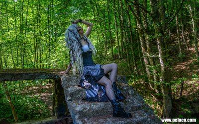 Fredy's Peloco Survivors: Manchmal muss man sich aus sich heraus trauen: selbst mit blonden Dreadlocks aus Kunsthaar in Kombination mit schwarzen Braids und symmetrisch geschnittenen Stirnfransen sieht unsere gewohnt blaue Dani zuckersüss aus (Copyright by: Manfred Voit)