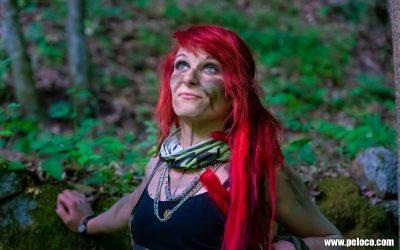 Fredy's Peloco Survivors: Survivorgirl mit knallroten Dreadlocks blickt selbstbewusst in die Zukunft (Copyright by: Manfred Voit)