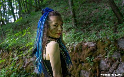 Fredy's Peloco Survivors: Survivorgirl mit blitzblauen Extensions kombiniert mit Kunsthaar-Dreads und Federn zeigt allen Neidern die kalte Schulter (Copyright by: Manfred Voit)