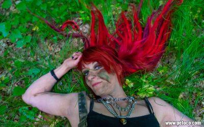 Fredy's Peloco Survivors: Das tiefe Rot der Dreadlocks unterstreicht den Kontrast der Komplementärfarbe Grün des Grases und lässt Claudia's Augen glitzern (Copyright by: Manfred Voit)