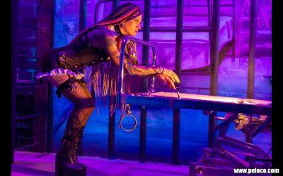Fredy's Peloco Flash: In gewohnt sexy Pose zeigt Carmen uns ihre Dreadlocks im schummrigen Licht der Peloco Gefängniszelle. (Copyright by: Manfred Voit)