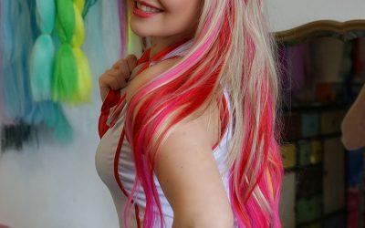 Sonja's Peloco Virus: Diese Extensions und Haarverlängerungen aus Echt- oder Kunsthaar in rot und pink verleiht der sexy 'kranken Schwester' zusätzlichen Pepp. (Copyright by: S. Schatz)