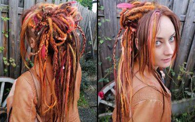 Peloco: Wunderschön herbstliche Farben wurden hier verwendet. Bei dieser hübschen Kundin haben wir verschiedene Techniken für ihre neuen Dreads aus Kunsthaar kombiniert. Besonders am Hinterkopf wurde eine spezielle Volumentechnik angewendet, die auch bei feinem Haar nicht zu schwer wird und sich trotzdem tolle Hochsteckfrisuren zaubern lassen.