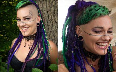 Peloco: Für unser Cyberpunk Fotoshooting haben wir Nina's lila Eigenhaar-Dreadlocks mit synthetischen Kunstdreads in grün farblich zu den gefärbten Stirnfransen abgestimmt. Die geflochtenen Plaits-Zöpfe sind ebenfalls ein zusätzlicher Hingucker. (Copyright by: Foto Frank)