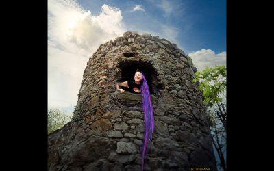 Peloco: 'Rapunzel, Rapunzel... Lass deine Dreads herunter'. Etwas moderner als damals bei den Gebrüdern Grimm haben wir unserer Nina im märchenhaften Shooting wunderschön lange Kunsthaar-Dreadlocks in Lila und Violett gezaubert. (Copyright by: Foto Frank)